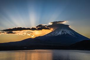 本栖湖からの富士山朝景の写真素材 [FYI04535205]