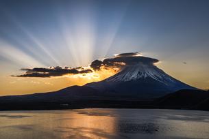 本栖湖からの富士山朝景の写真素材 [FYI04535208]