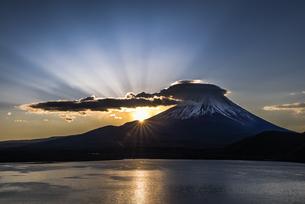 本栖湖からの富士山朝景の写真素材 [FYI04535211]