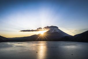本栖湖からの富士山朝景の写真素材 [FYI04535213]