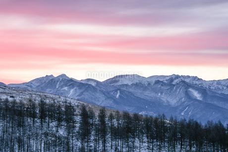 霧ヶ峰ビーナスラインからの朝焼けの写真素材 [FYI04535273]