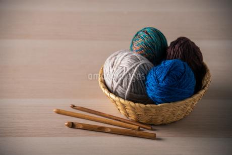 Yarn balls and crochet needlesの写真素材 [FYI04535592]