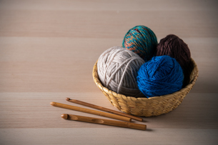 Yarn balls and crochet needlesの写真素材 [FYI04535592]