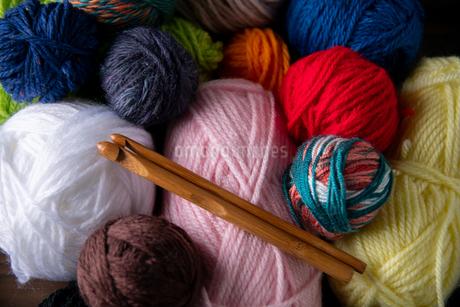 Yarn balls and crochet needlesの写真素材 [FYI04535593]