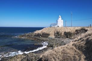 納沙布岬灯台と珸瑤瑁水道の写真素材 [FYI04535617]