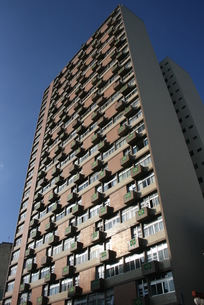サッカーW杯期間中にビルの外壁に飾られたブラジル国旗の写真素材 [FYI04535688]