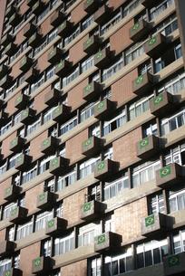 サッカーW杯期間中にビルの外壁に飾られるブラジル国旗の写真素材 [FYI04535689]