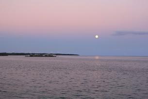 沖縄のビーチ 夕焼け6の写真素材 [FYI04535742]