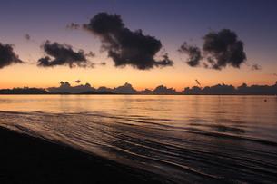 沖縄のビーチ 夕焼け5の写真素材 [FYI04535743]