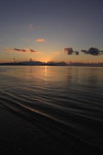 沖縄のビーチ 夕焼け 縦の写真素材 [FYI04535746]