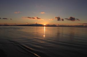 沖縄のビーチ 夕焼け3の写真素材 [FYI04535747]