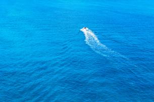 沖縄の青い海とジェットスキーの写真素材 [FYI04535910]