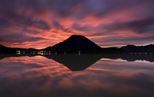 早朝の榛名山の写真素材 [FYI04535947]