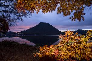 早朝の榛名山と紅葉の写真素材 [FYI04535948]