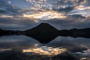 早朝の榛名山の写真素材 [FYI04535955]
