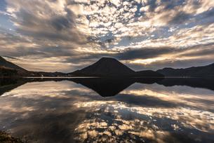 早朝の榛名山の写真素材 [FYI04535956]