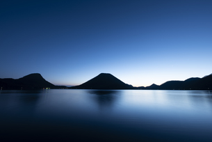 早朝の榛名山の写真素材 [FYI04535960]