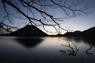 早朝の榛名山の写真素材 [FYI04535961]