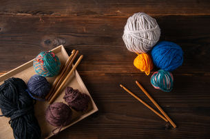 Yarn balls and crochet needles.の写真素材 [FYI04535992]