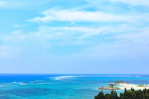 沖縄県海洋博公園 エメラルドビーチ遠景の写真素材 [FYI04536002]