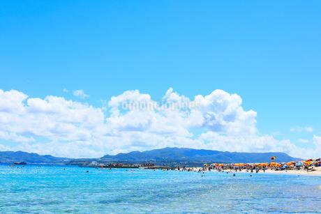 たくさんの人で賑わう沖縄県水納島ビーチの写真素材 [FYI04536009]
