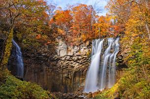 秋冷の紅葉とアリシベツの滝の写真素材 [FYI04536175]