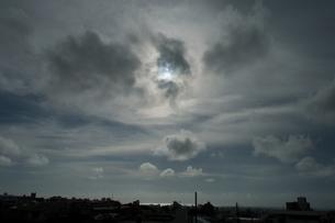 部分日食の太陽とシルエットの街の写真素材 [FYI04536303]