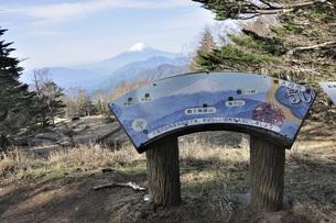 雁ヶ腹摺山の山頂より富士山の写真素材 [FYI04536458]