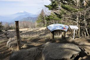 雁ヶ腹摺山の山頂より富士山の写真素材 [FYI04536472]