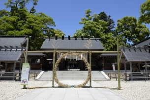 青空の元伊勢籠神社本殿の写真素材 [FYI04536523]