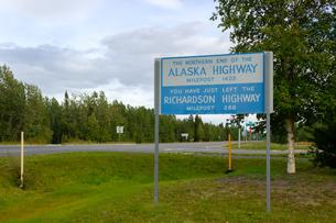 アラスカハイウェイ北端のマイルポストの写真素材 [FYI04536534]