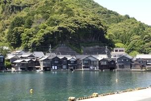 伊根の舟屋,湾内に立ち並ぶ家屋の写真素材 [FYI04536536]