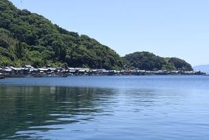 伊根の舟屋,湾内に立ち並ぶ家屋の写真素材 [FYI04536545]