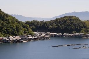 伊根の舟屋,湾内に立ち並ぶ家屋と筏の養殖の写真素材 [FYI04536553]