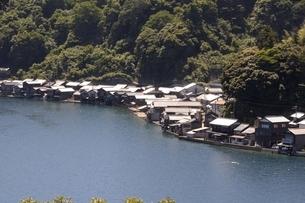 伊根の舟屋,湾内に立ち並ぶ家屋の写真素材 [FYI04536558]