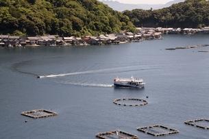伊根の舟屋,養殖の筏と観光船の写真素材 [FYI04536561]