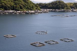 伊根の舟屋と筏と養殖の写真素材 [FYI04536567]