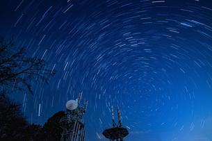 東京 城山の電波塔と星空の写真素材 [FYI04536777]