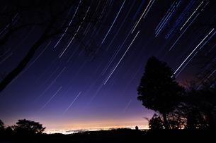 小仏城山の夜景と星空の写真素材 [FYI04536779]
