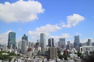 麻布十番から見える青空の六本木ビル群の写真素材 [FYI04536834]