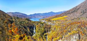 日光国立公園、紅葉に染まる中禅寺湖と華厳の滝の俯瞰の写真素材 [FYI04536847]