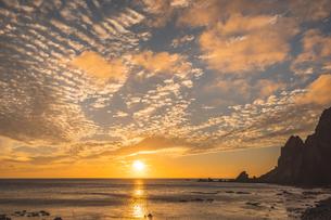 礼文島メノウ浜からの夕空の写真素材 [FYI04536981]
