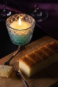 夜の雰囲気のチーズケーキの写真素材 [FYI04537327]