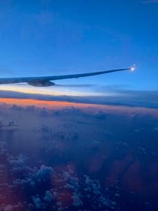 飛行機からの朝焼けの写真素材 [FYI04537330]