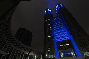 東京都庁から医療従事者への感謝のブルーライトアップの写真素材 [FYI04537367]