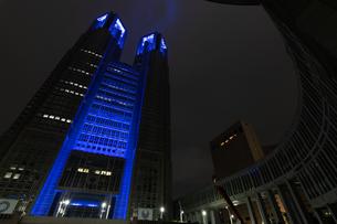 東京都庁から医療従事者への感謝のブルーライトアップの写真素材 [FYI04537368]