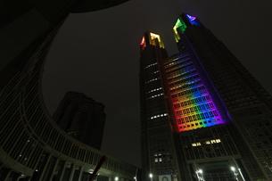 東京都庁から安全を知らせるレインボーライトアップの写真素材 [FYI04537369]