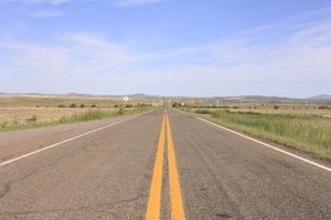 アメリカの景色/ROUTE66 まっすぐに続く道の写真素材 [FYI04537441]