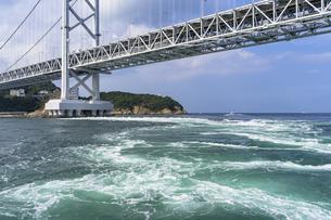 鳴門の渦潮と大鳴門橋の写真素材 [FYI04537506]