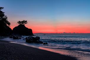 裏桂浜の日の出風景の写真素材 [FYI04537625]